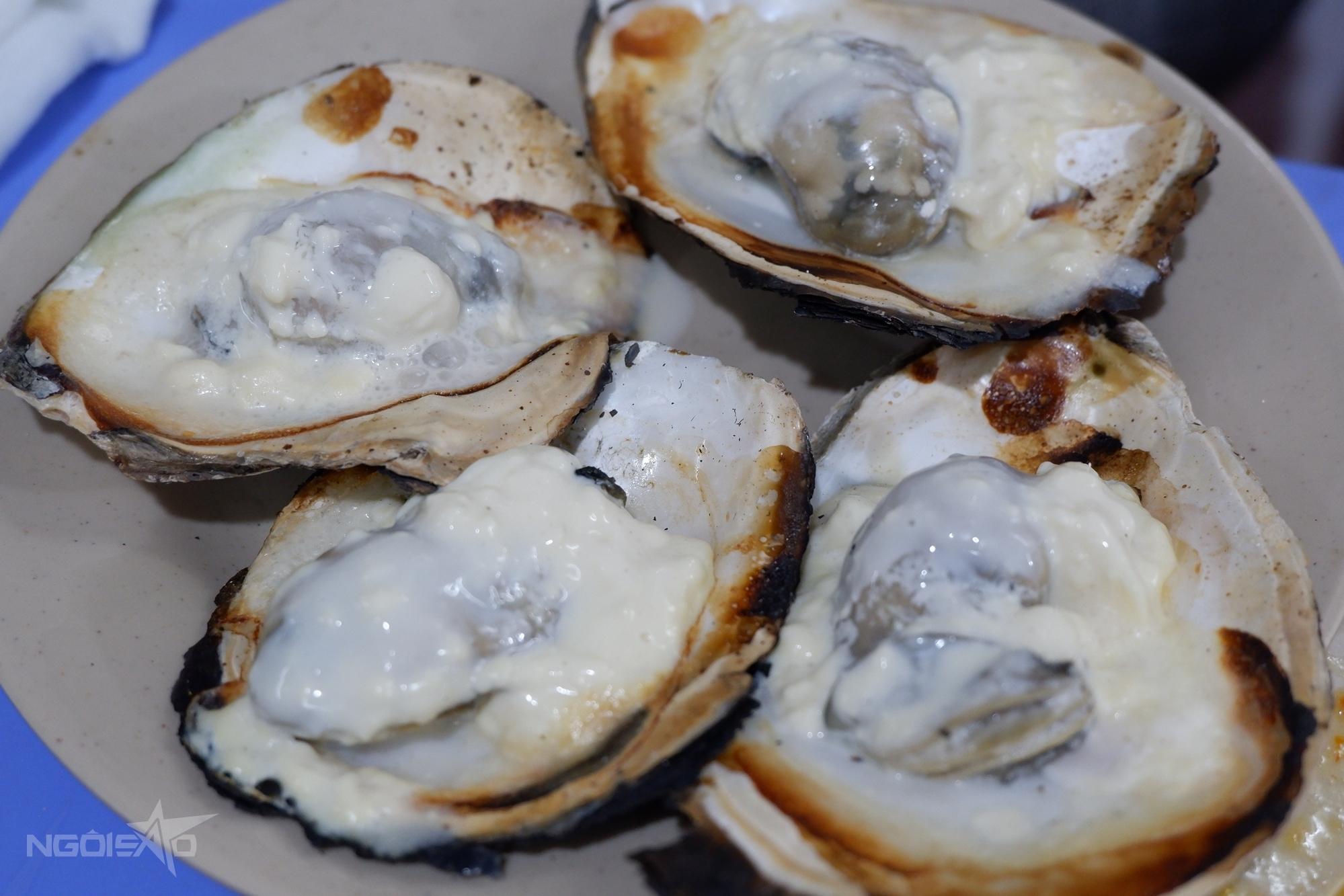 Tương tự nướng mọi, hải sản nướng phô mai dễ chế biến không kém. Tuy nhiên, cách chế biến này thường được áp dụng với các loại sò như: sò điệp, sò mai, sò dương..., đặc biệt là hàu. Sò, hàu vốn có vị béo nhẹ nên khi thêm phô mai hương vị càng đậm đà, quyến rũ. Sau khi làm sạch sò, bạn tách làm đôi, bỏ một bên vỏ rồi đặt lên bếp nướng tới khi gần chín thì cho miếng phô mai vào. Đợi phô mai tan chảy hết là xong. Món này có thể ăn kèm nước mắm pha loãng hoặc ăn không.