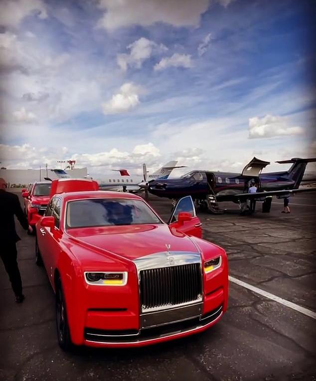 Dàn xe sang đến đón khách dự tiệc của Paris Hilton ở Las Vegas.