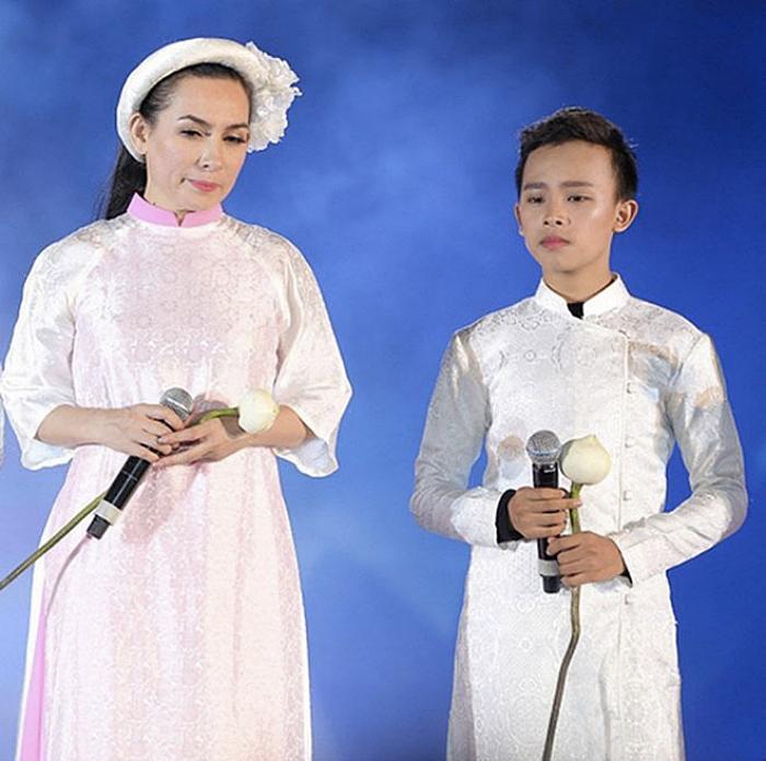 Phi Nhung lúc sinh thời bên cạnh con nuôi Hồ Văn Cường.