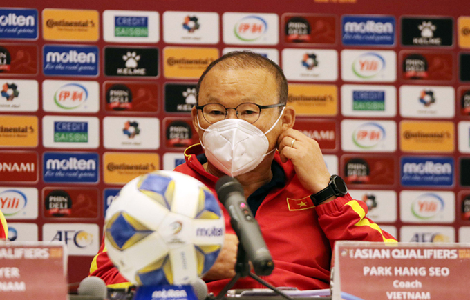 HLV Park Hang-seo trả lời họp báo trước trận gặp Oman. Ảnh: VFF