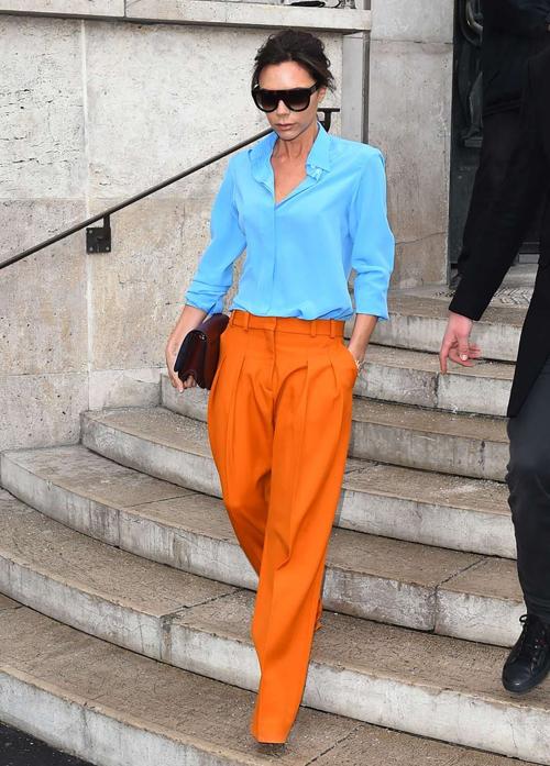 Khi ra phố, cô thích kết hợp những chiếc quần lùng bùng cùng áo thun hoặc áo sơ mi theo phong cách tối giản, hạn chế tối đa chi tiết và phụ kiện.