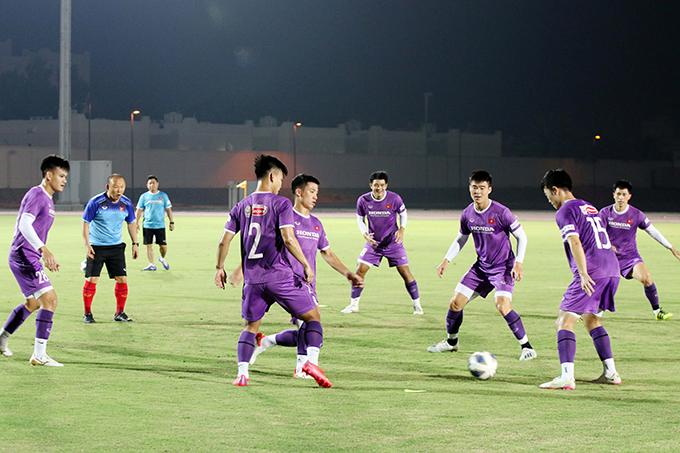 HLV Park Hang-seo tham gia chơi đá ma cùng các cầu thủ trong buổi tập. Ảnh: VFF