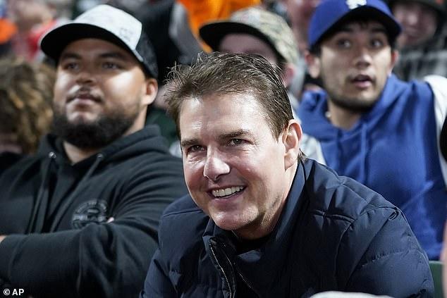 Tom Cruise và con trai (trái) đi xem bóng rổ hôm thứ bảy. Ảnh: AP