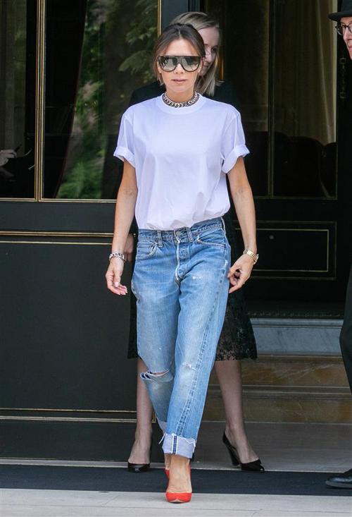 Ngoài quần vải, nhà thiết kế còn thích mặc quần jeans cạp trễ theo ảnh hưởng của phong cách thập niên 2000.