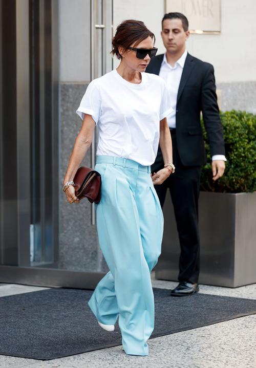 Style mặc quần quá rộng cũng tố cáo thân hình nhỏ bé, mảnh mai của bà Becks. Để giúp tổng thể vừa mắt hơn, bà Becks thường chỉ diện hai màu sắc trên một trang phục, tránh các loại vòng cổ, thắt lưng rườm rà sẽ khiến tổng thể càng thiếu thanh thoát.