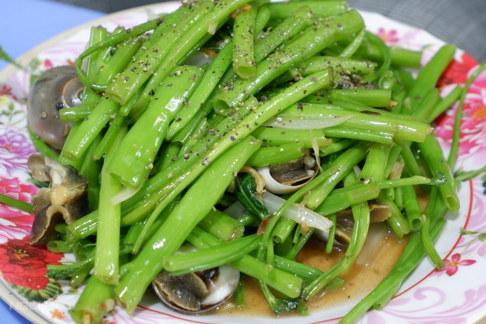 Ốc xào rau muống là một trong những món rất được người miền Nam ưa chuộng. Cách chế biến giống như những món thịt xào rau. Đối với những con ốc to như ốc giác, ốc khế bạn lấy thịt, cắt nhỏ. Còn loại ốc vừa ăn như ốc mỡ, ốc móng tay... thì bạn để cả vỏ. Luộc ốc xong cho vào xào trước, kế đến cho rau vào, nêm nếm gia vị tùy sở thích là xong. Thịt ốc sần sật ăn kèm rau muống giòn đã miệng.
