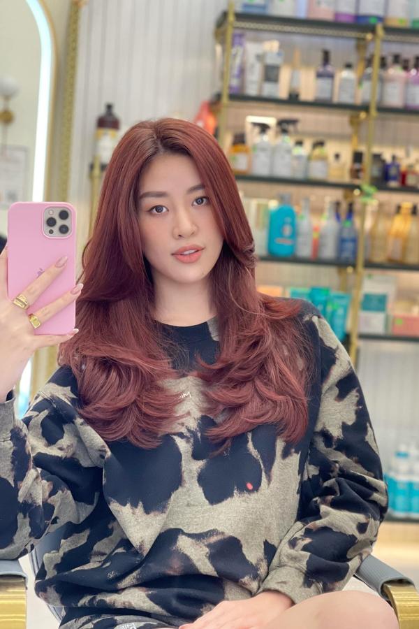 Hoa hậu Hoàn vũ Khánh Vân nổi bật với màu tóc mới. Cô đang tất bật chuẩn bị cho nhiều dự án mới sau khi thành phố nới lỏng giãn cách xã hội.