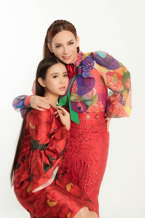 Quỳnh Trang được mẹ nuôi chỉ dạy nhiều về cách hát.