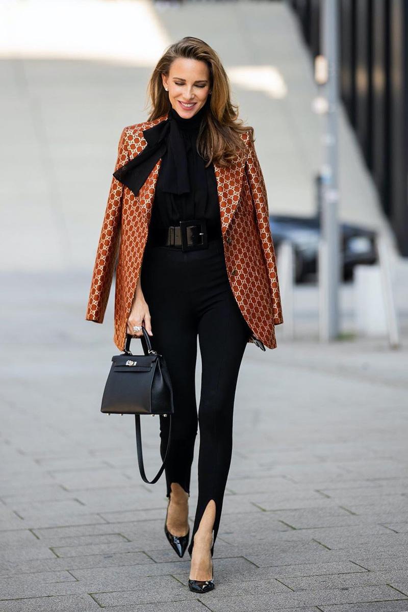 BlazerĐây là một trong những kiểu đồ không thể thiếu đối với quý cô công sở. Bạn sẽ dễ dàng ghi điểm khi diện blazer cắt may trau chuốt, chiết eo vừa vặn.