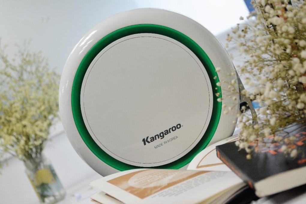 Máy lọc không khí Kangaroo KGAP3 giảm còn 1,2 triệu đồng (giá gốc 3 triệu đồng). Các bộ lọc E2F của máy có thể hút các hạt bụi, ẩm nhỏ trong không khí, những hạt mà mắt thường không nhìn thấy được. Kích thước nhỏ gọn, vừa vặn ngăn nước để trên ô tô, thuận tiện cho các diện tích như trên xe, văn phòng, phòng học, phòng ngủ, nôi em bé...