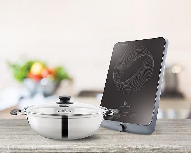 Bếp điện từ Smartcook ICS-3875của Elmich có kích thước 30 x 38 cm, mặt bằng ceramic cường lực với khả năng chống sốc nhiệt ở nhiệt độ lớn (700-900C), chịu lực va đập mạnh, khả năng chịu tải khi đun ở nhiệt độ cao tốt (25kg). Mâm từ được làm từ đồng nguyên chất, cấu tạo mâm từ kép ba, giúp tăng khả năng bắt từ. Công nghệ super triple coill cho bếp có khả năng tiết kiệm năng lượng cao. Công suất bếp 2100 W. Phím điều khiển dạng cảm ứng. Bếp có chế độ hẹn giò. Sản phẩm bảo hành 12 tháng, đang được ưu đãi 44% còn 779.000 đồng, tặng thêm một nồi lẩu.