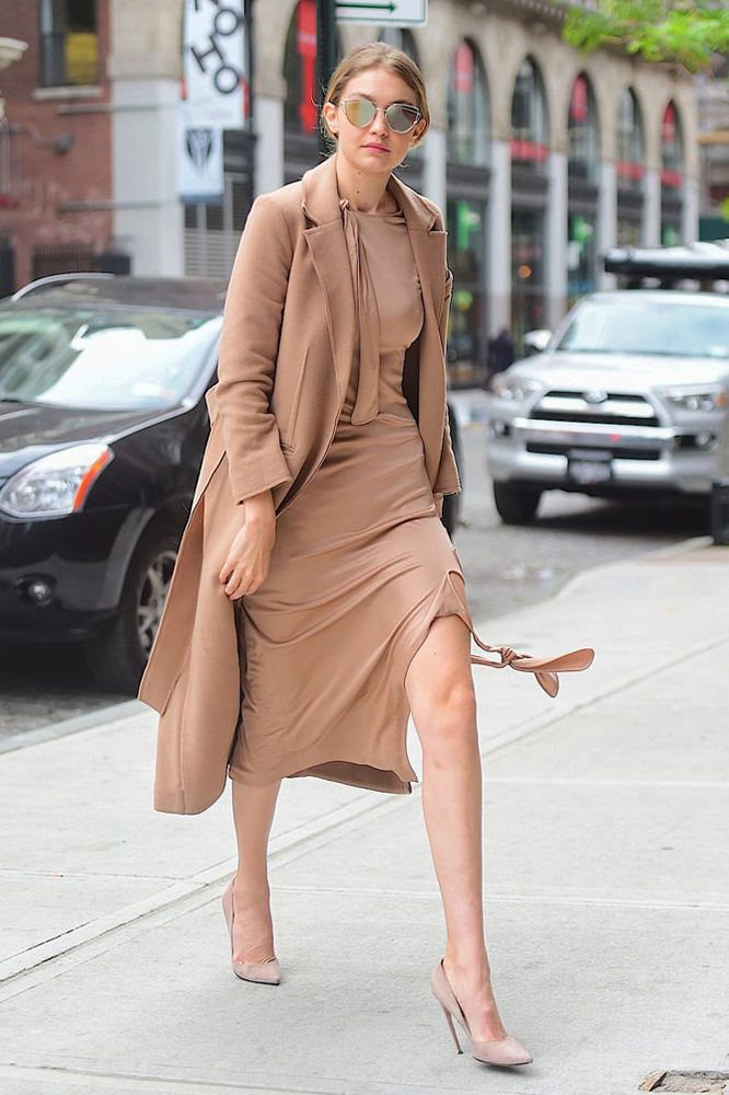 Giày cao gót đen hoặc nudeBên cạnh túi xách, giày dép cũng góp phần khẳng định hình ảnh chuyên nghiệp của chủ nhân. Đặc biệt, giày cao gót là vũ khí lợi hại giúp chị em ăn gian chiều cao, cải thiện vóc dáng. Một đôi giày đen hoặc nude, mũi nhọn cổ điển có thể kết hợp ăn ý với trang phục theo nhiều style khác nhau và luôn đem tới vẻ thanh lịch.