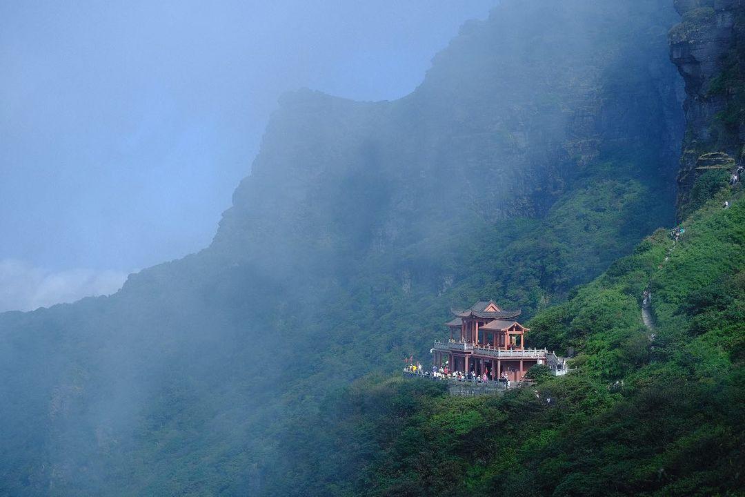 Một trạm được xây ở lưng chừng núi cho du khách dừng chân dọc đường nghỉ lấy sức. Ảnh: Instagram mattthesnob
