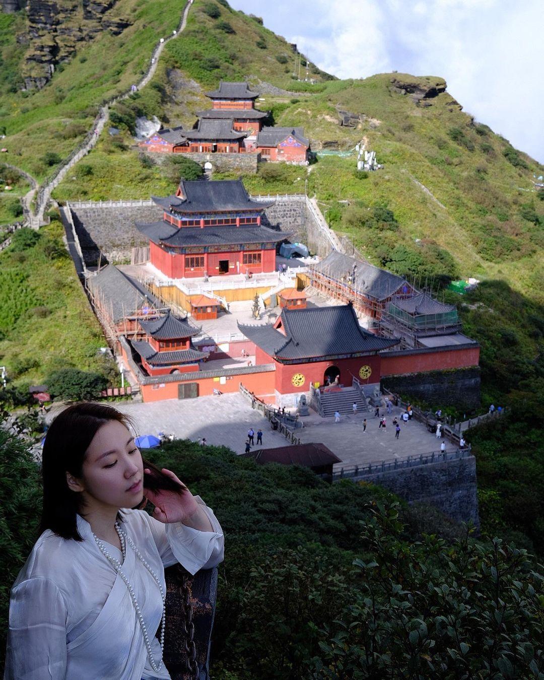 Tại các trạm nghỉ, du khách có thể ngắm hoặc ghé thăm hai ngôi chùa nằm ở vị trí thấp hơn.