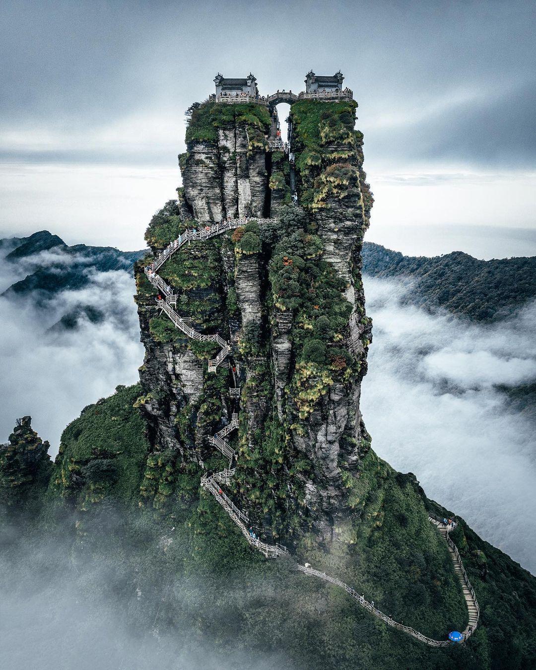 Tọa lạc trên đỉnh núi Phạm Tịnh,