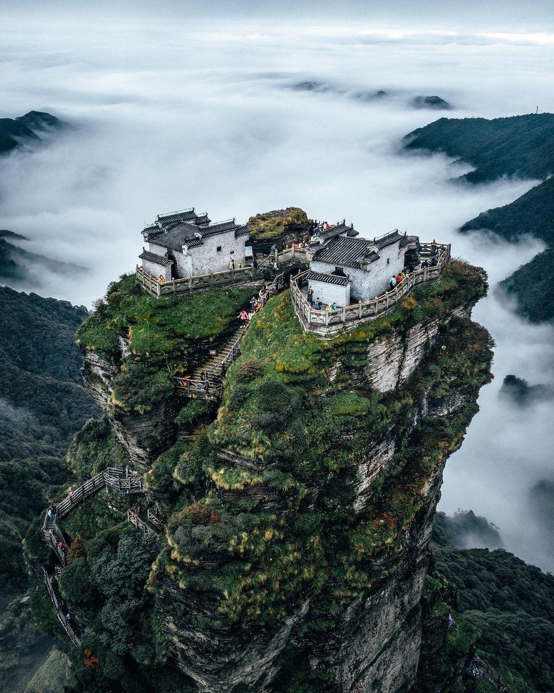 Ngôi chùa nằm trong khu bảo tồn thiên nhiên Phạm Tịnh, nơi được UNESCO công nhận khu dự trữ sinh quyển thế giới vào năm 1986 và di sản thế giới vào năm 2018. Nó còn được xem là ngọn núi thiêng trong Phật giáo Trung Quốc, đồng thời là đạo tràng của Đức Phật Di Lặc. Ảnh: Instagram youknowcyc