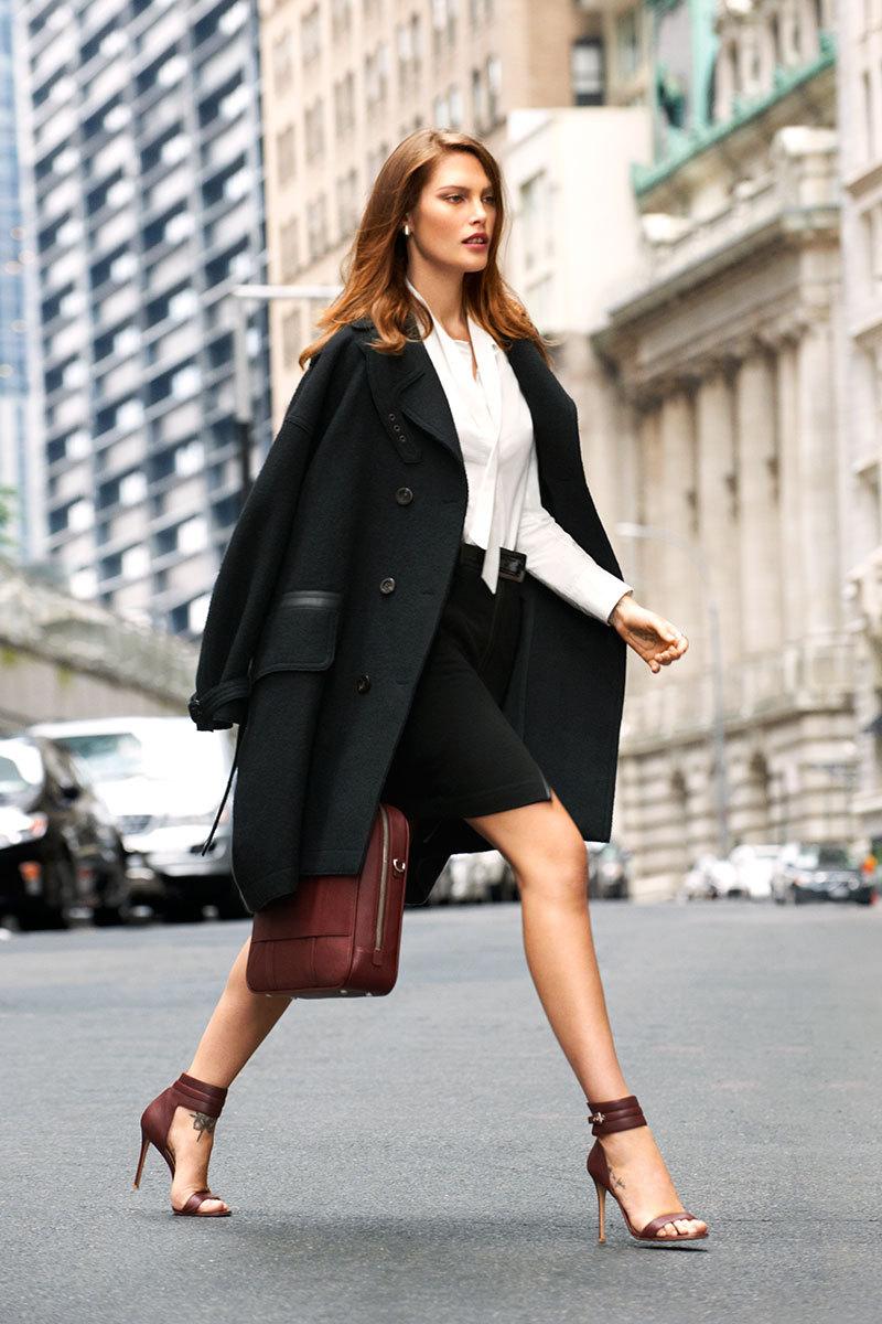 Trench coatTrong mùa lạnh, không món đồ nào tuyệt vời hơn một chiếc áo khoác dáng dài chiết eo nhẹ nhàng. Nó có thể mix kèm bất cứ trang phục nào, từ đầm liền, quần dài tới váy ngắn, quần short..., không chỉ giúp giữ ấm mà còn khiến mỗi bước chân thêm cuốn hút.