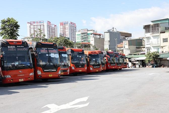Xe khách tại bến Giáp Bát chuẩn bị trước ngày chạy thí điểm vận tải hành khách liên tỉnh Ảnh: Nguyễn Ngoan