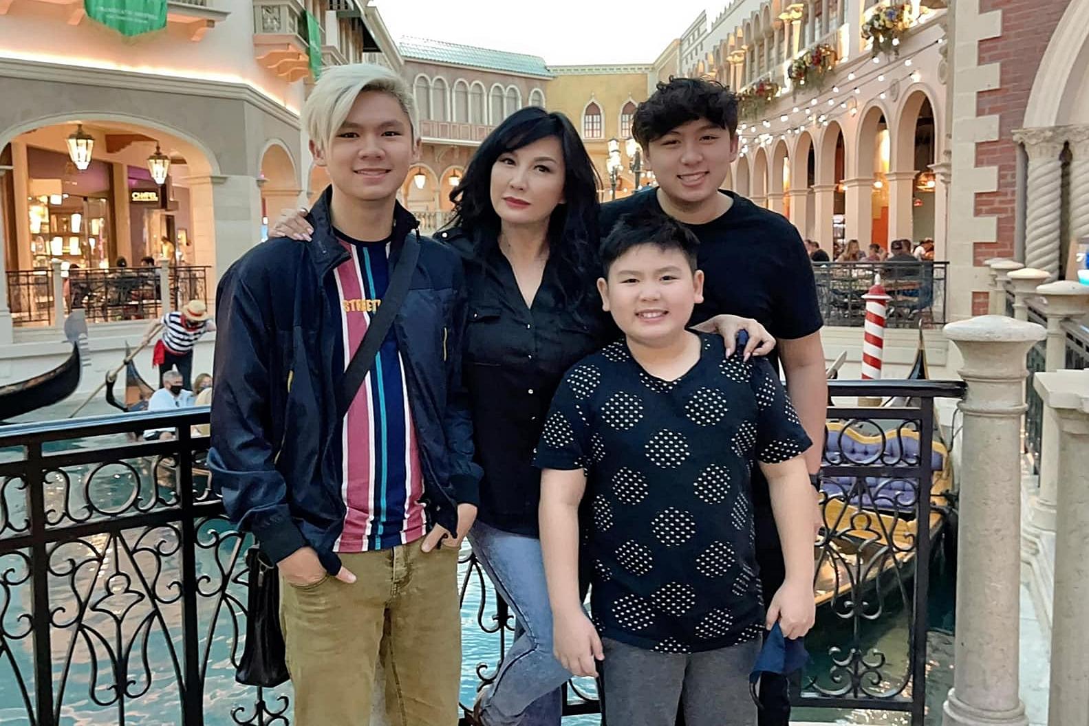 Colin (phải) - con trai thứ hai của Bằng Kiều sinh năm 2006 và đang học cấp 3. Trizzie Phương Trinh từng chia sẻ, Colin đang ở tuổi thích lý sự nên bố mẹ phải giải thích cặn kẽ mới nghe.