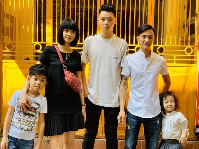 Đức Huy là con trai cả của siêu mẫu Hạ Vy. Năm nay 19 tuổi, anh cao đến 1,9 m, vượt xa so với người mẹ nổi tiếng. Với lợi thế ngoại hình, Đức Huy thử sức làm người mẫu, nhận được nhiều giúp đỡ từ mẹ.
