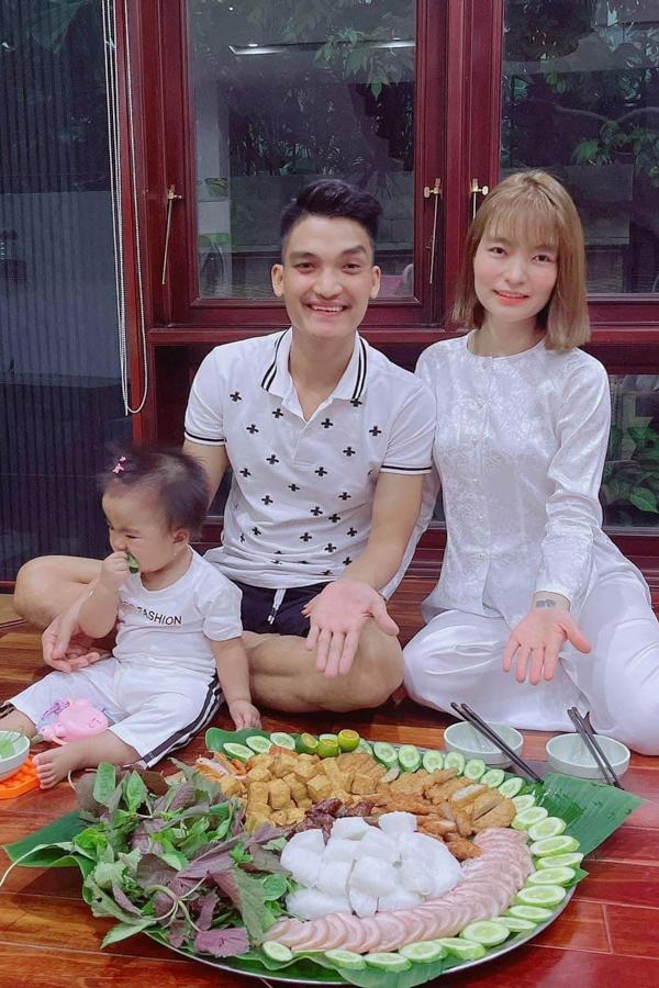 Diễn viên Mạc Văn Khoa háo hức khi quán bún đậu chi nhánh Biên Hoà được mở bán trở lại.