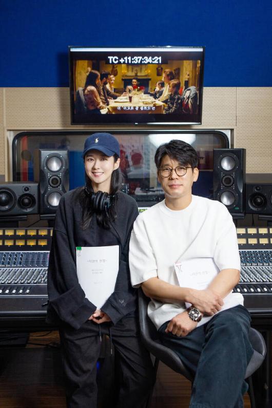 Jang Nara nhận được nhiều lời khen khi xuất hiện tại buổi lồng tiếng cho một tác phẩm truyền hình. Cô mặc đồ rộng, tóc buông, mặt trang điểm nhẹ tạo thiện cảm với khán giả.