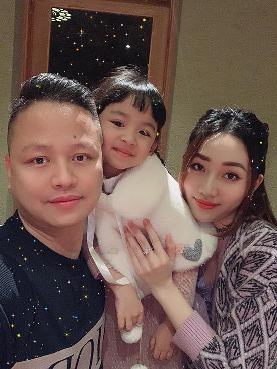 Tháng 8/2016, vợ chồng Trà My - Lê Hoàn lên chức bố, mẹ khi con gái đầu lòng Khánh Vi chào đời. Bé năm nay 5 tuổi, càng lớn càng giống bố. Từ ngày trở thành vợ đại gia, á hậu hoàn toàn rút khỏi showbiz để vun vén tổ ấm đồng thời hỗ trợ chồng làm kinh doanh.