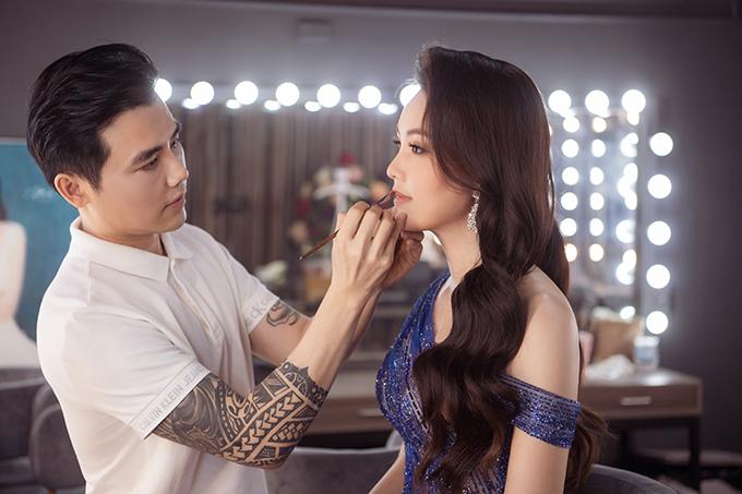 Chuyên gia trang điểm John Kim đảm nhận phần làm đẹp cho Thụy Vân nhiều năm nay và hiểu rất rõ những ưu, nhược điểm trên gương mặt của người đẹp.