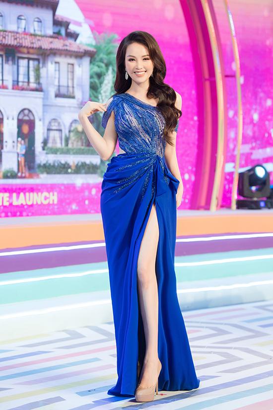 Bộ váy dạ hội màu nổi xẻ đùi giúp Thụy Vân làm tôn lên đôi chân dài và nước da trắng của người đẹp.