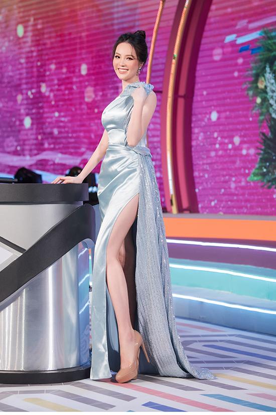 Giày hiệu màu nude là món đồ được Thụy Vân đặc biệt yêu thích vì giúp cô ăn gian chiều cao khi diện cùng váy dạ hội thướt tha.
