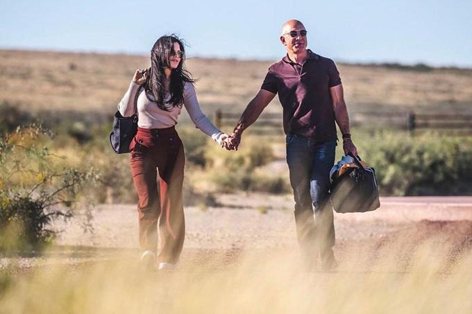 Lauren Shachez đăng ảnh nắm tay Bezos trên trang cá nhân hôm 11/10. Ảnh: Lauren Sanchez/Instagram