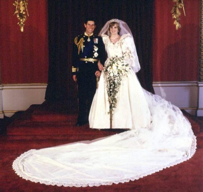 Chiếc váy với phần đuôi dài gần 8 m của Diana trong đám cưới với Thái tử Charles hồi năm 1981. Ảnh: PA