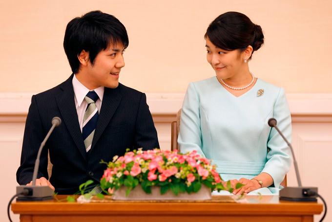 Công chúa Mako và hôn phu Kei Komura trong buổi họp báo thông báo đính hôn tháng 9/2017 tại Tokyo, Nhật Bản. Ảnh: Reuters