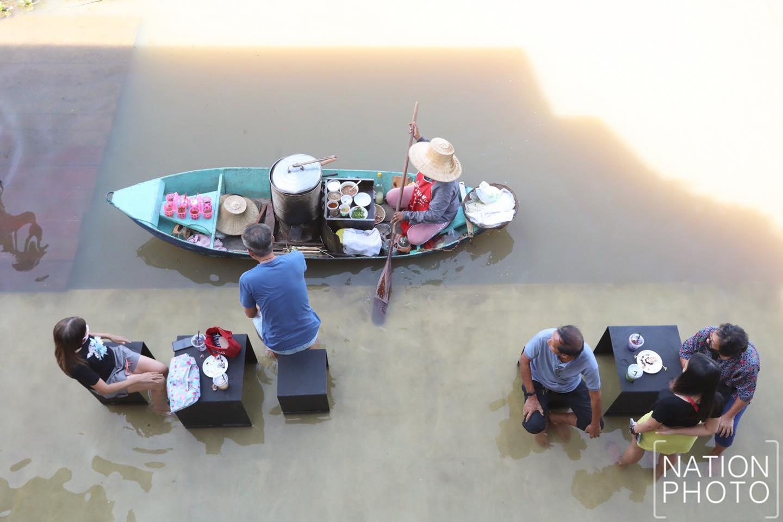 Tiếp đến là lũ lụt triền miên do ảnh hưởng của bão. Tới đầu tháng 10, chính phủ nới lỏng các biện pháp giãn cách, khách du lịch bắt đầu trở lại nhưng tình hình lũ lụt vẫn chưa được cải thiện. Thậm chí vùng này còn bước vào thời điểm nước biển đang cao khiến bến tàu trước khách sạn bị ngập hoàn toàn. Vì vậy, chủ khách sạn đã nảy ra ý tưởng cho khách ngâm chân trong nước, nhâm nhi cà phê kết hợp thưởng thức món mì truyền thống từ các ghe hàng rong trên sông.