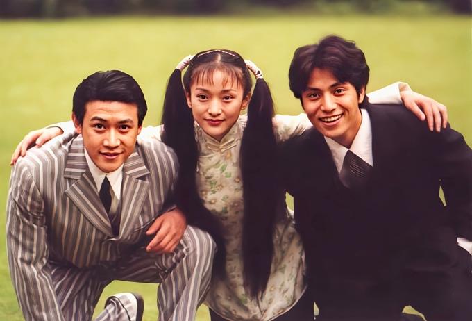 Năm 2001, phim truyền hình Như sương, như mưa lại như gió lên sóng làm chao đảo trái tim khán giả khắp châu Á. Phim mang âm hưởng lãng mạn và bi thương, xoay quanh tuổi thanh xuân của lớp thanh niên Thượng Hải thập niên 1930. Tác phẩm quy tụ dàn sao trẻ tuổi đang ở độ rực rỡ nhất của nhan sắc và tài năng khi ấy: Lục Nghị (trái), Châu Tấn, Trần Khôn (phải), La Hải Quỳnh, Lý Tiểu Nhiễm, Hứa Hoàn Hoan. Ảnh: Manyanu