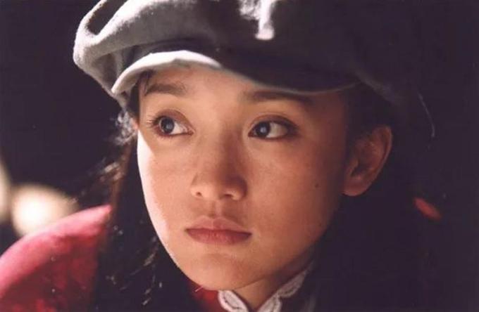 Không chỉ diễn xuất lay động lòng người, cô nổi bật trên màn ảnh với vẻ đẹp trong trẻo, thanh thuần, cặp mắt thông minh, biểu cảm ngây thơ và đáng yêu. Ảnh: Min