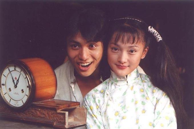 Nữ diễn viên bé bỏng và ngọt ngào bên bạn diễn kém hai tuổi Trần Khôn. Ở các tập đầu, họ mang đến những khoảnh khắc tươi trẻ và đáng yêu. Cặp sao được khen xứng đôi vừa lứa trong bộ phim này. Ảnh: Read01
