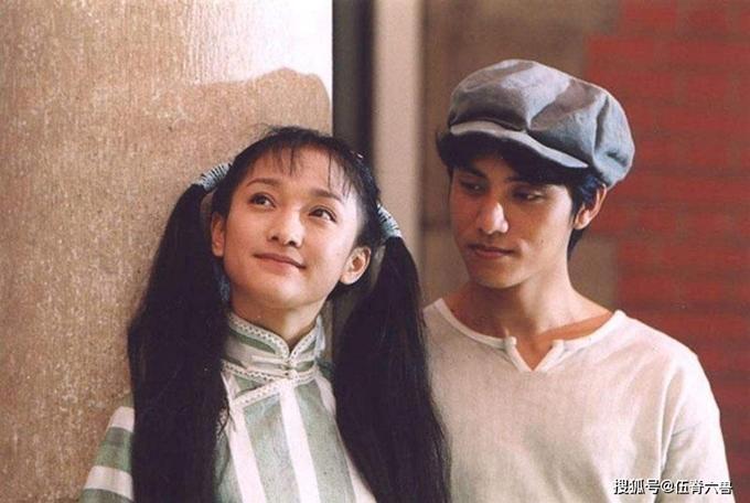 Tác phẩm kết duyên màn ảnh lần đầu cho hai ngôi sao của phim Trung Quốc, mở ra tình tri kỷ bền chặt hơn 20 năm. Ngoài Như sương, nưa mưa lại như gió, Châu Tấn và Trần Khôn đã diễn chung chín phim khác như Balzac và cô thợ may Trung Hoa, Uyên ương hồ điệp, Họa bì, Long môn phi giáp... Châu Tấn coi con trai của Trần Khôn như con mình nên một thời, cô bị nghi là mẹ ruột của cậu bé. Truyền thông Trung Quốc gọi cô và Trần Khôn là đôi tình nhân không bao giờ cưới. Ảnh: TW Great Daily