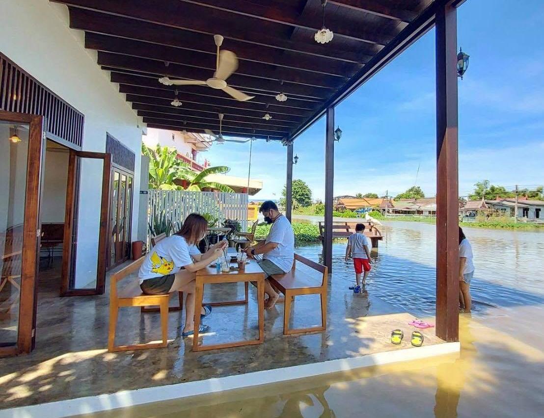 Sutee Toworaphan (chủ khách sạn) cho biết, khách sạn mở cửa năm 2013, rất được du khách nước ngoài ưa chuộng. Hồi tháng 3 năm nay, ông mở thêm một quán cà phê trong bối cảnh Covid-19 khiến lượng du khách quốc tế đến Thái Lan giảm mạnh làm ảnh hưởng tới doanh thu.