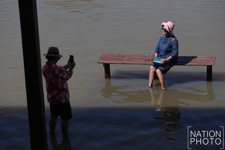 Ngoài ra, do không có rào ngăn cách giữa mép sông và bờ nên khách đi kèm trẻ em phải lưu ý. Thời điểm ngập nước không kéo dài quá lâu. Khi nước rút, mọi thứ sẽ trở lại bình thường nên hiện nhiều người tranh thủ ghé khách sạn check in.