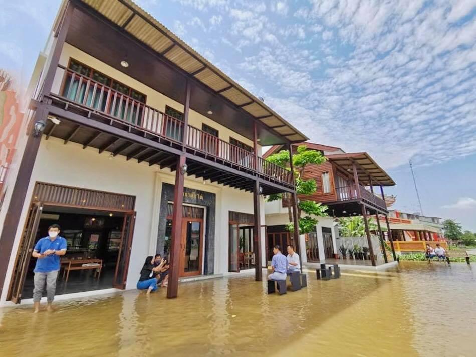 Gần đây The Bank River House bên bờ sông ở huyện Phak Hai, tỉnh Ayutthaya trở nên nổi tiếng khắp xứ chùa vàng nhờ phục cà phê mùa nước lũ. Truyền thông Thái Lan gọi trường hợp này là trong khủng hoảng, có cơ hội bởi khách sạn đã nhiều tháng đóng cửa do Covid-19, nay bỗng thu hút lượng du khách không nhỏ. Ảnh: The Bank River House
