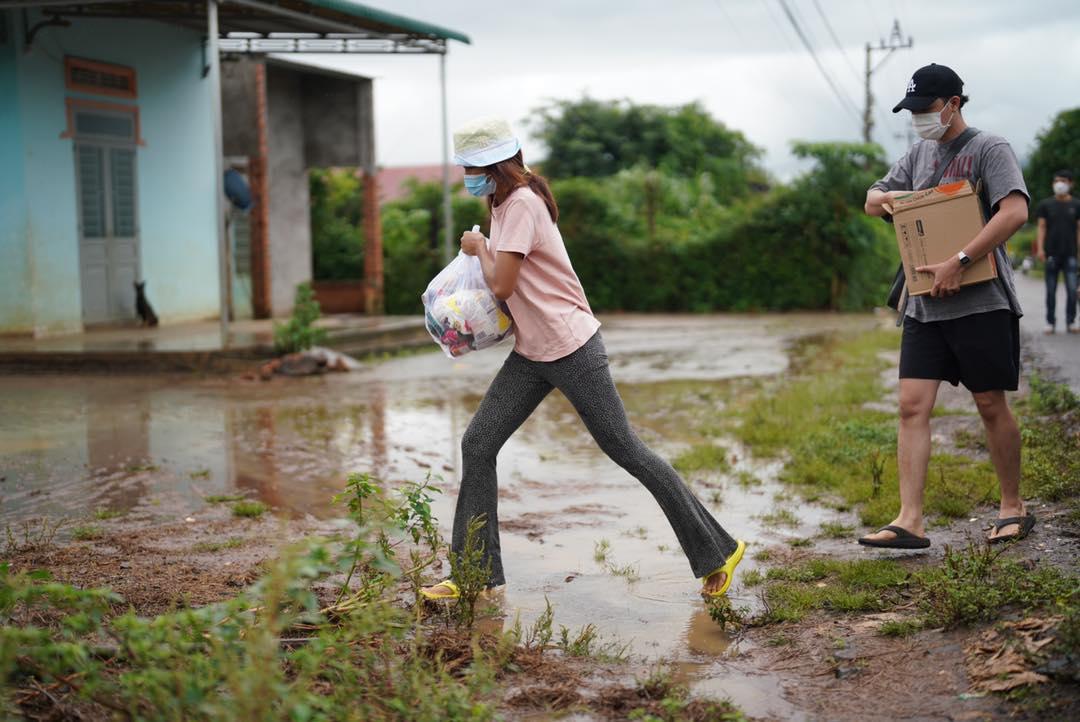 HHen Niê lội bùn trao quà cho bà con dân tộc