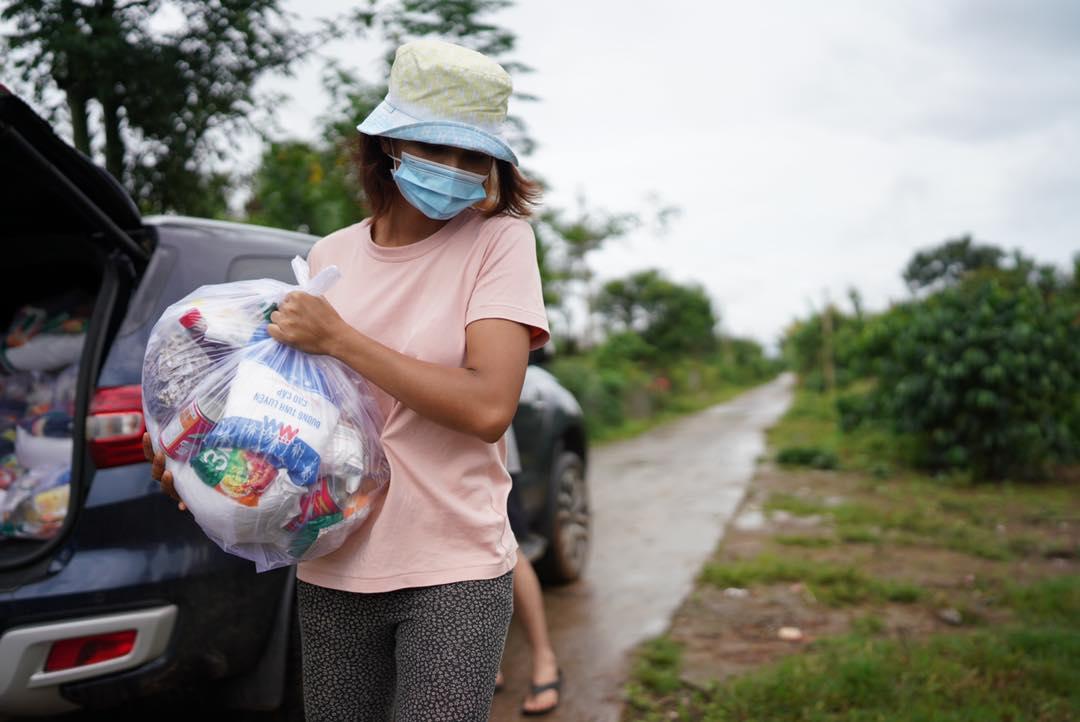 HHen Niê lội bùn trao quà cho bà con dân tộc - 2