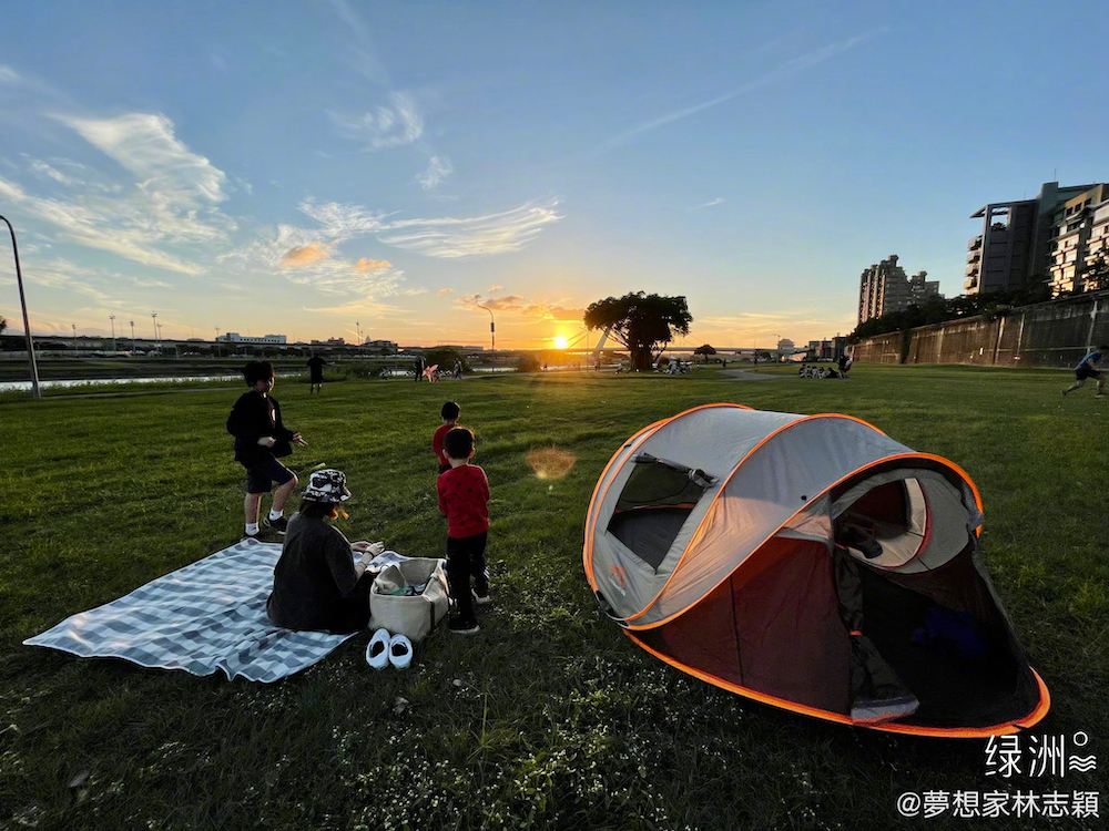 Gia đình Lâm Chí Dĩnh đi cắm trại cùng nhau.