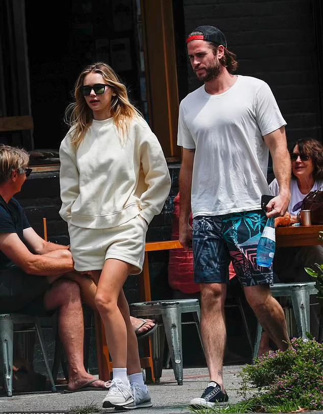 Cặp sao mặc bộ đồ đơn giản đi ăn trưa ở vịnh Byron hôm thứ hai, 11/10.