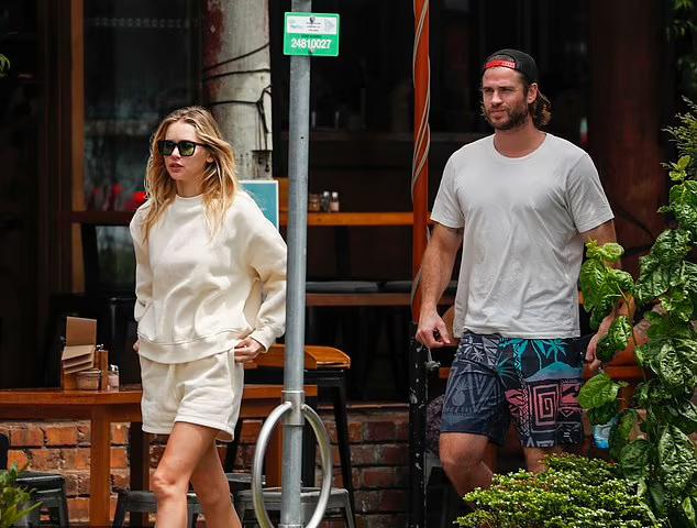 Nam diễn viên 31 tuổi hẹn hò người mẫu 25 tuổi từ cuối năm 2019, vài tháng sau khi anh ly hôn ca sĩ Miley Cyrus. Hai người luôn quấn quýt bên nhau và có mối quan hệ sâu đậm.