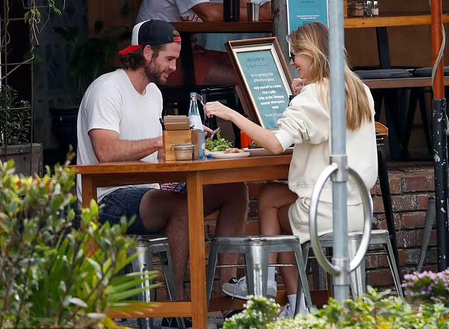 Hai người trò chuyện vui vẻ trong khi thưởng thức bữa trưa nhẹ nhàng.