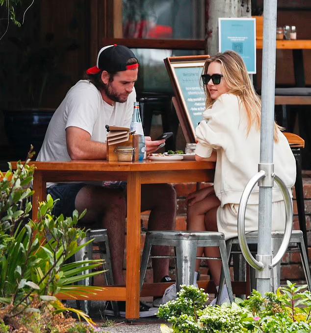 Họ tới một nhà hàng nhỏ, chọn bàn trên vỉa hè để tận hưởng không gian mát mẻ ngoài trời.