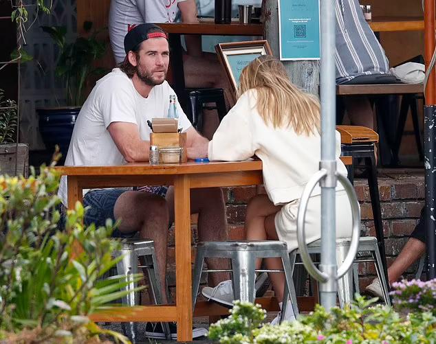 Từ khi yêu Gabriella Brooks, Liam đã tậu nhà mới ở vịnh Byron và định cư hẳn tại đây giống như anh trai  Chris Hemsworth. Nam diễn viên và bạn gái thường được trông thấy đi tắm biển, lướt sóng cùng nhau.