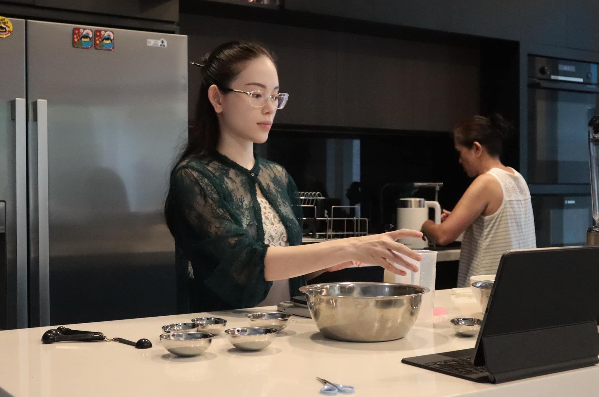 Linh Rin nhập hội mê làm bánh